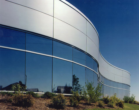 Curved facade relates to nearby curving thoroughfare